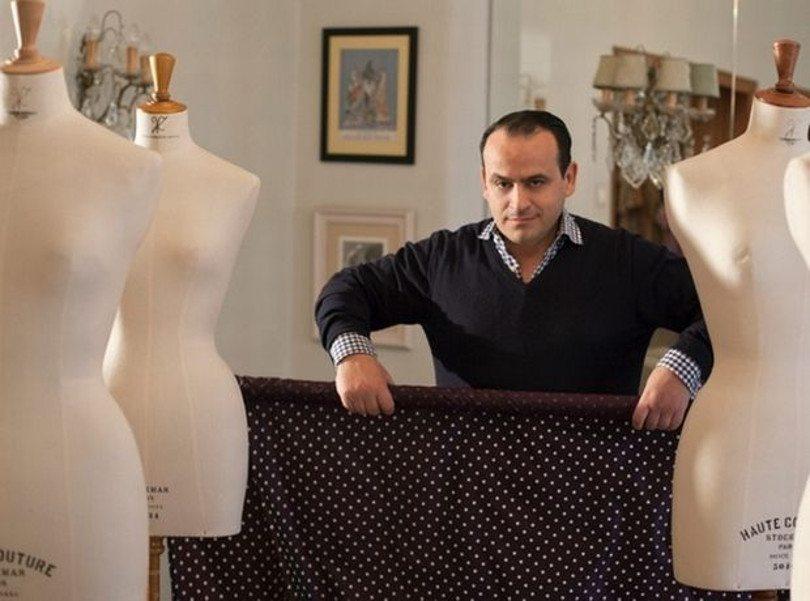 Μόνο στο Eirinika: Ο Βασίλης Ζούλιας, ο Έλληνας σχεδιαστής μόδας που υμνεί τη κλασσική θηλυκότητα – Πρότυπο του η υπέρκομψη μαμά και οι φίλες της που έπαιζαν Kουμ – Kαν στα 60s!