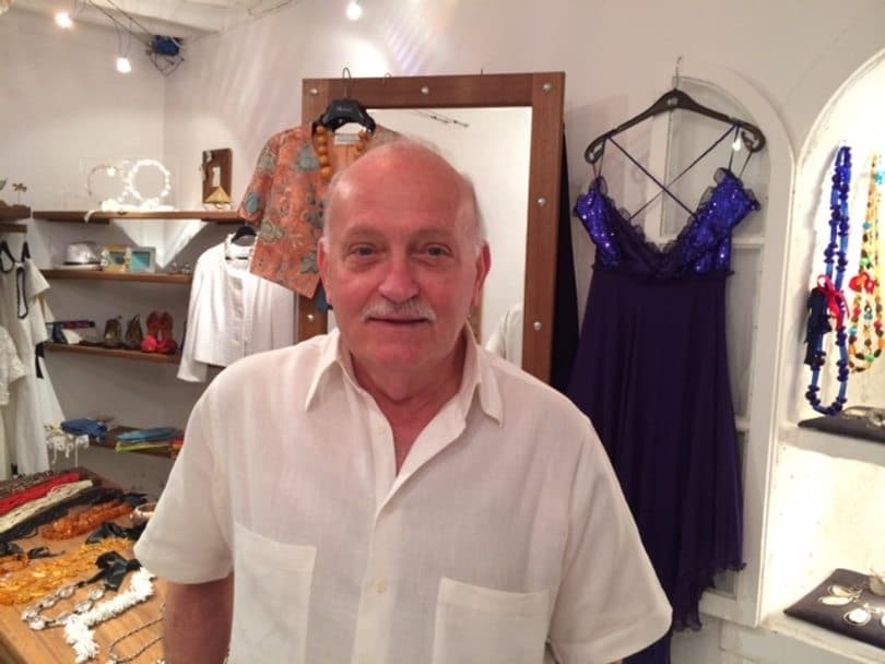 Ο Λούης Γεράρδος ο διάσημος σχεδιαστής μόδας των 80's ξεκαλοκαιριάζει στη Φολέγανδρο, το νησί του – Ξετρελαίνει με σικ δημιουργίες τις κομψές τουρίστριες! (φωτό)