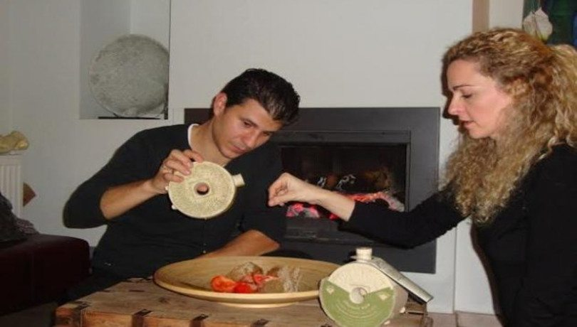Made In Greece – «Με όνειρο & γνώση» ο Κωνσταντίνος & η Μπάρμπαρα δημιουργούν προϊόντα ορόσημο – MILESTONE για την υγιεινή διατροφή: Το πιο συγκλονιστικό χειροποίητο πήλινο μπουκάλι λαδιού που έχετε δει!