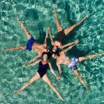 Παιχνίδια στα νερά της Μυκόνου – Φωτογραφία ημέρας από την Μαρίνα Βερνίκου
