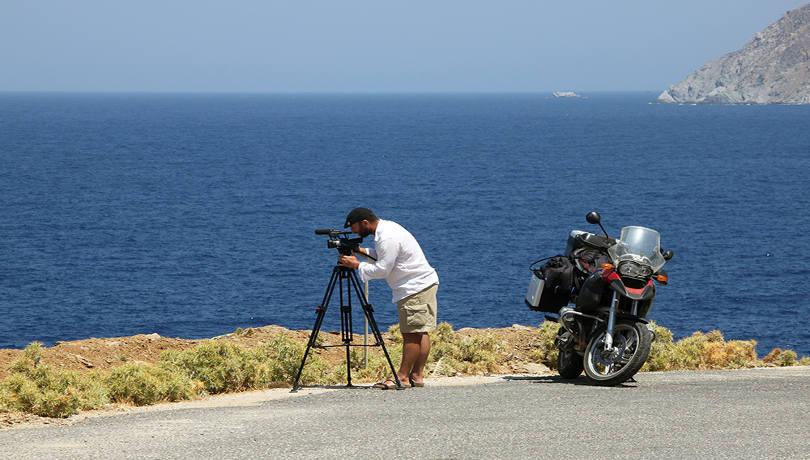 Ταξίδι στην Κύθνο πάνω στη μηχανή: Ο Μάνος κάνει τον γύρο του νησιού με τις μαγικές παραλίες και τα θερμά λουτρά
