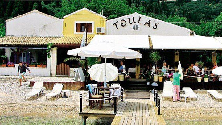 Toula's: στο ελληνικό εστιατόριο της Κέρκυρας με θέα το Ιόνιο έκανε αφιέρωμα η Daily Mail