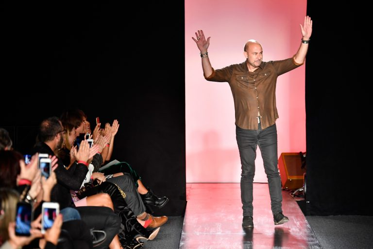 Ο Τζον Βαρβάτος στην επίδειξη μόδας στο South Coast Plaza στις 7 Οκτωβρίου στην Costa Mesa, της Καλιφόρνια . (Photo By Frazer Harrison/Getty Images For John Varvatos)