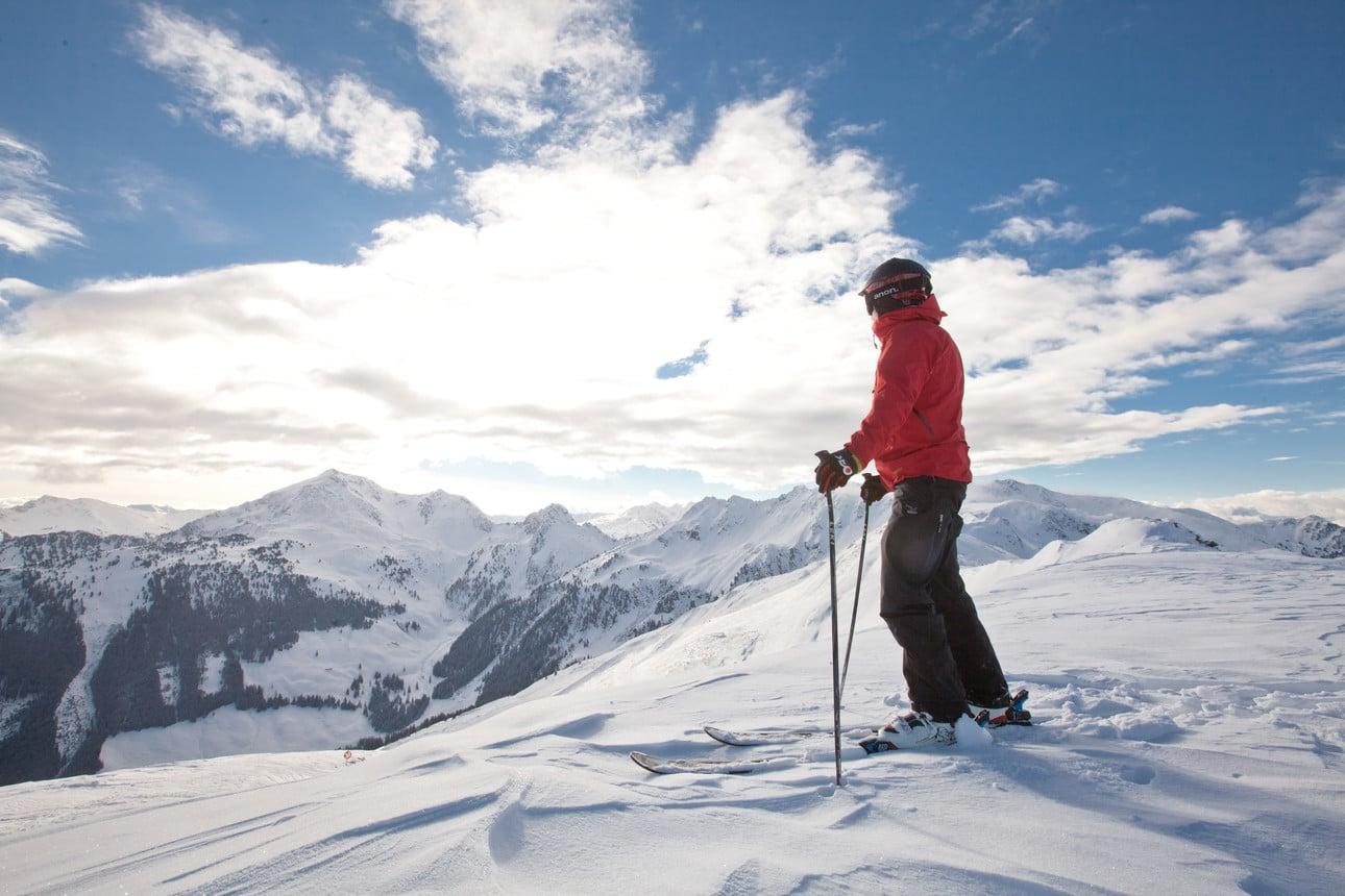 Skifahrer Rote Jacke Blickt Auf Berge Ski Juwel Alpbachtal Wildschoanau