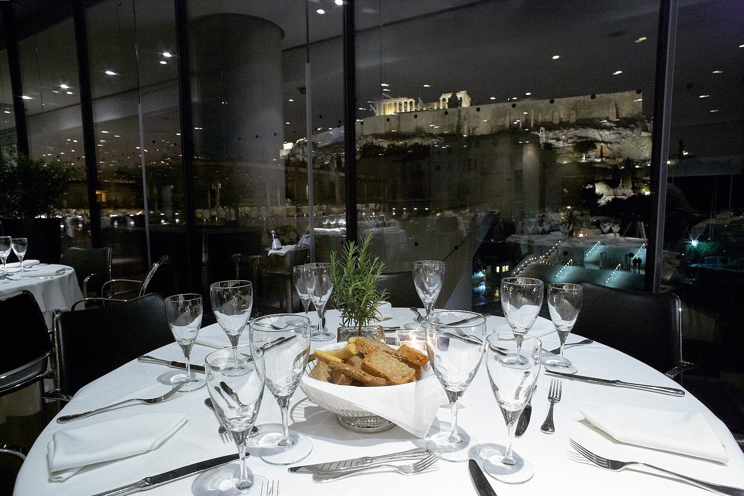 Νυχτερινή άποψη του εστιατορίου του Μουσείου Ακρόπολης Φωτογραφία Γιώργος Βιτσαρόπουλος