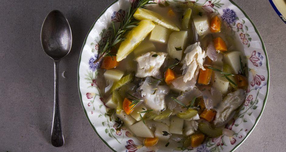 Η θερμοκρασία πέφτει και ο «θεός της κουζίνας» – Άκης μιας φτιάχνει μια υπέροχη ψαρόσουπα (ΒΙΝΤΕΟ)