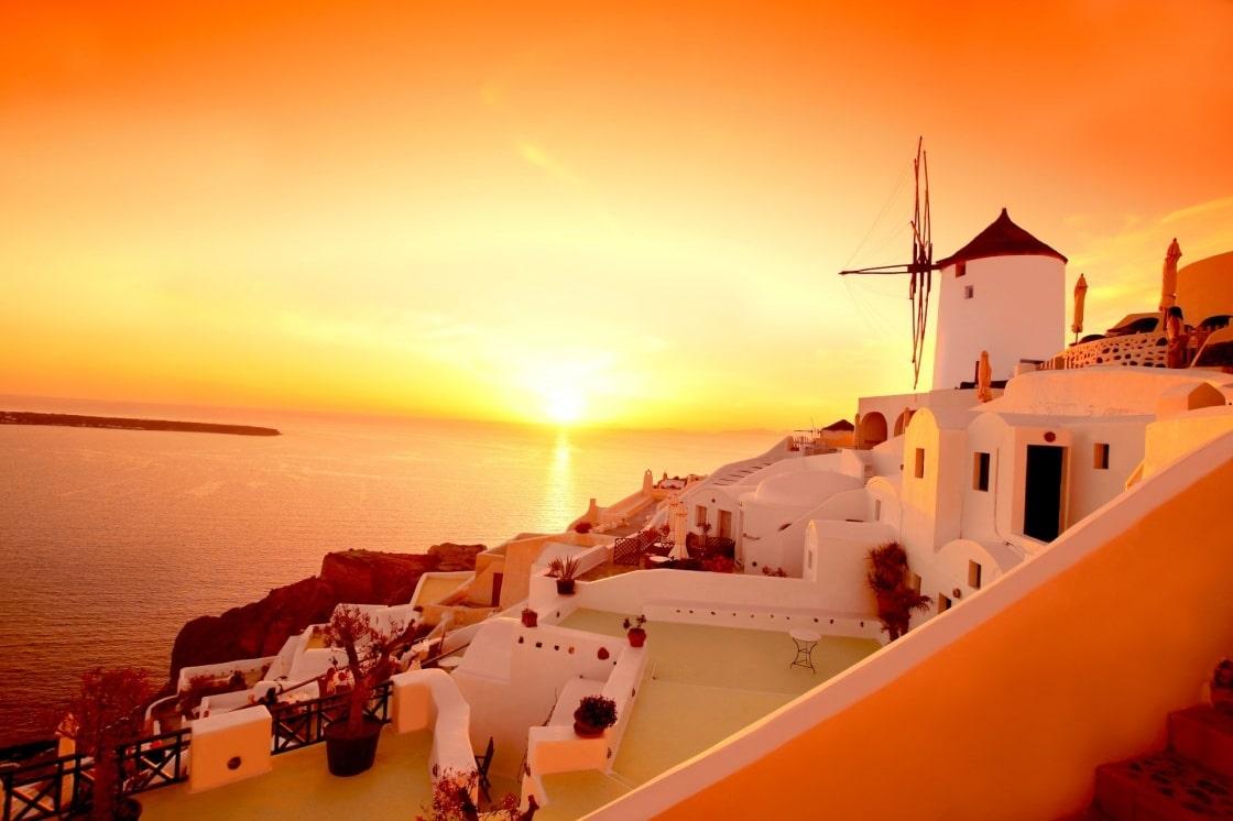Erleben Sie Den Beruhmtesten Sonnenuntergang Der Welt In Santorini Santorini With Famous Windmill In Greece Oia Village 135 411d
