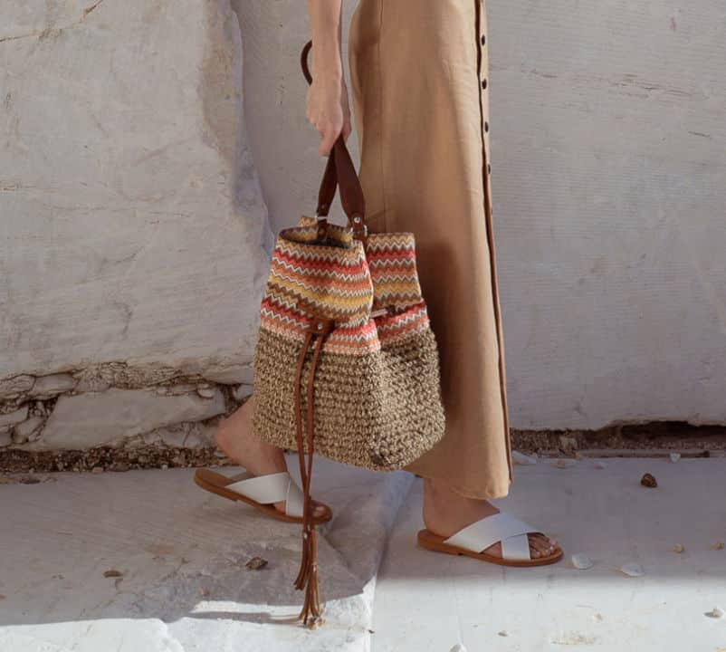 c12c410c32 Όλες οι Miss Polyplexi τσάντες πλέκονται και κατασκευάζονται από ελληνικά  χέρια με σχέδια και χρώματα που θυμίζουν τη χώρα μας.