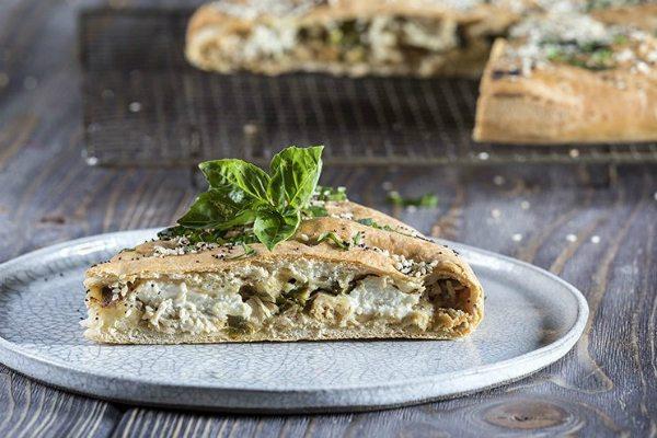 Gourmet απόλαυση με λίγες θερμίδες! Πίτα με σπαράγγια και κοτόπουλο από τον Άκη Πετρετζίκη