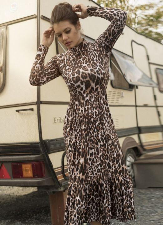 Στο ίδιο ύφος και ίσως και λίγο παιχνιδιάρικο είναι και το λεοπάρ φόρεμα  ζιβάγκο με βολάν στο τελείωμα. 7ab3cd5f9a8