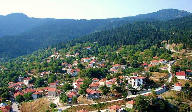 Μαγική η χιονισμένη Δομνίστα, ένα από τα πιο γραφικά χωριά της Ευρυτανίας