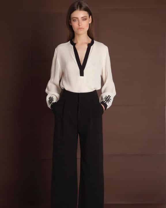 b548f5cad273 Αυστηρά πουκάμισα και ανδρόγυνα παντελόνια σε ίσια γραμμή με λεπτομέρειες  στις ραφές απογειώνουν τα ρούχα και τους δίνουν άλλη δυναμική.