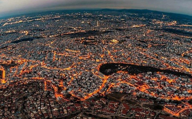 Απίθανη η Άνω Πόλη Θεσσαλονίκης νύχτα και από ψηλά – Η φωτογραφία της ημέρας