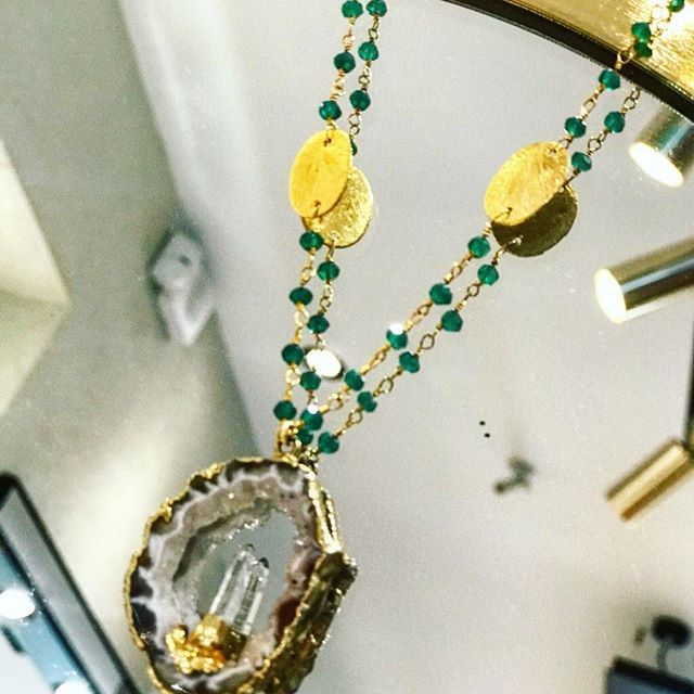Τα κοσμήματα Kat Blink από την Κατερίνα Καλλινόγλου ορίζουν τον συνδυασμό  του glam essence με τις άφθονες ιδιότητες των ενεργειακών πολύτιμων λίθων. 77b652bef6b