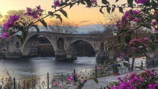 Το γεφύρι της Άρτας φοράει τα πιο ωραία του χρώματα για μία μοναδική λήψη – Η φωτογραφία της ημέρας
