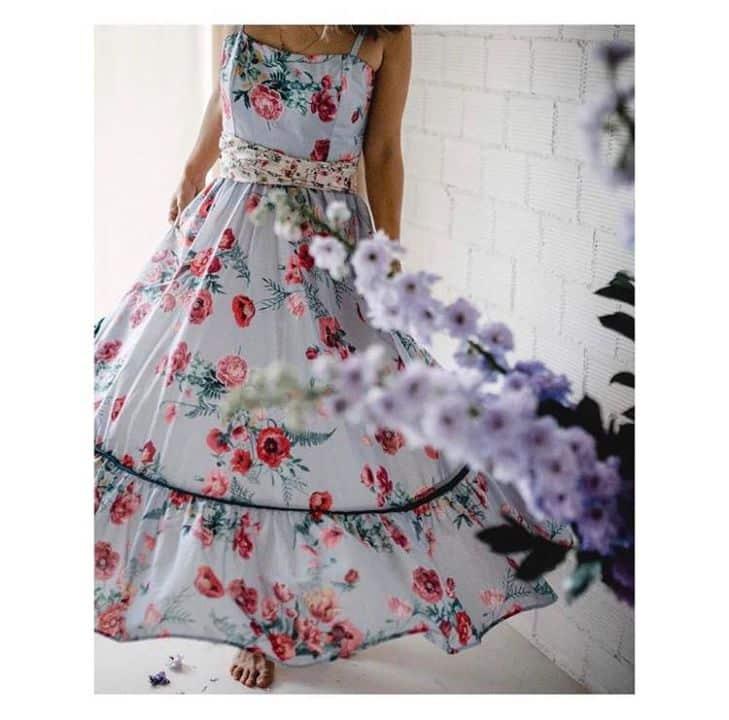 f68d1df2770 Δεν περιμέναμε τίποτα λιγότερο από δημιουργίες που αναδεικνύουν τη γοητεία  της κάθε γυναίκας. Αέρινα υφάσματα «παντρεύονται» υπέροχα με τα floral  prints και ...