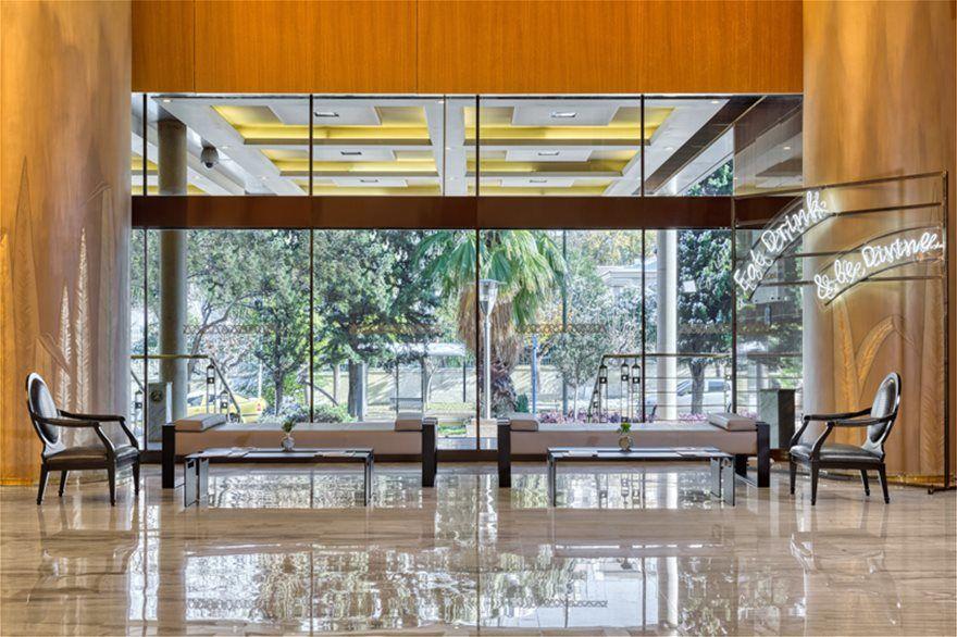 2efdd25adb Στο Lobby προστέθηκαν εντυπωσιακές ξύλινες επιφάνειες και μαζί με το  ολοκαίνουργιο γεωμετρικό μαρμάρινο πάτωμα δημιουργούν έντονο χαρακτήρα και  επιβλητική ...
