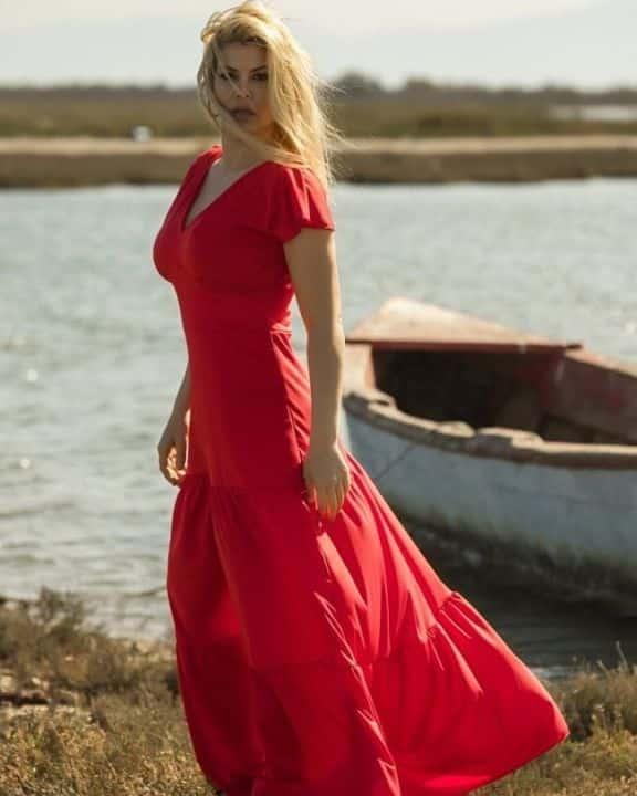 735e62dfe3bf Ξεχωρίζουν τα μοναδικά maxi φορέματα σε κόκκινο ή μαύρο χρώμα με βολάν στο  τελείωμα