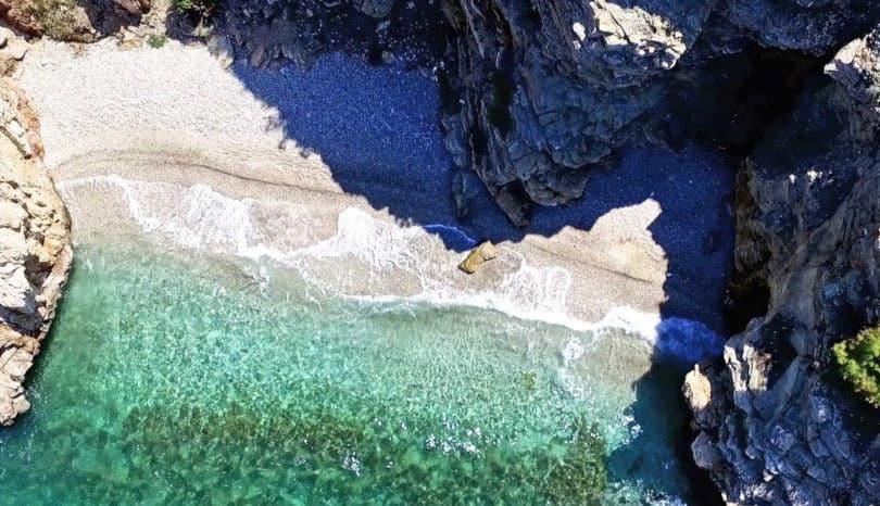 Βίντεο ημέρας: Τα τρία λιμανάκια, οι κρυφές, πανέμορφες παραλίες της Αττικής