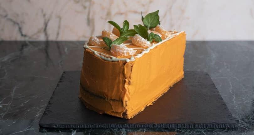 Άκης Πετρετζίκης: Απολαυστικό & άκρως εντυπωσιακό κέικ μανταρίνι για να χορταίνει μάτι & στομάχι!
