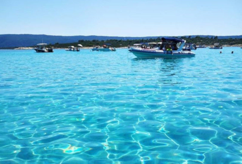 Διάπορος Χαλκιδικής: Το άγνωστο εξωτικό νησί απέναντι από τη Βουρβουρού – Η φωτογραφία της ημέρας