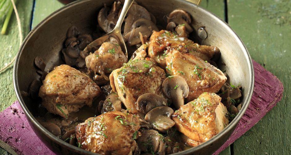 Ο Άκης Πετρετζίκης μαγειρεύει πανεύκολο ζουμερό κοτόπουλο με μανιτάρια & μαυροδάφνη