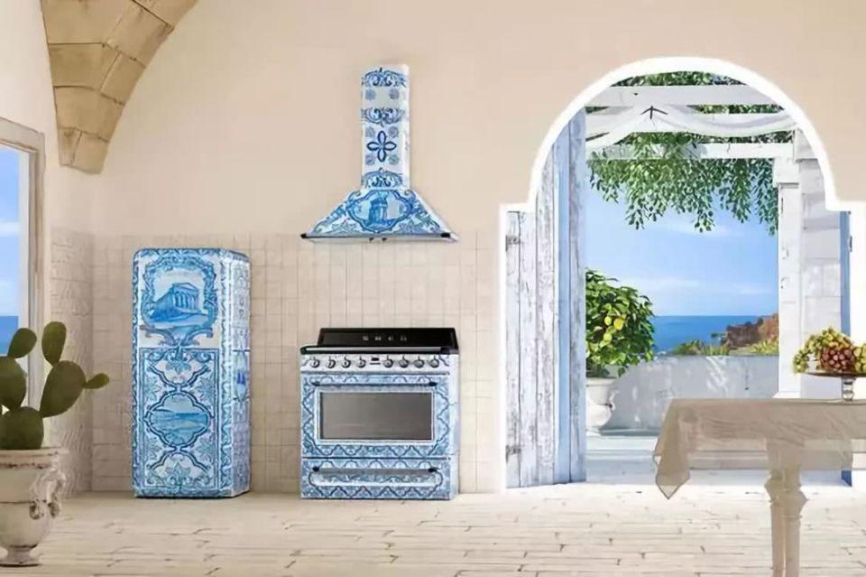 «Made In Greece» οι ηλεκτρικές συσκευές των Dolce & Gabbana – Ζωγραφισμένα στο χέρι ψυγεία & κουζίνες απεικονίζουν τον αρχαίο ελληνικό ναό των Διόσκουρων (φώτο)