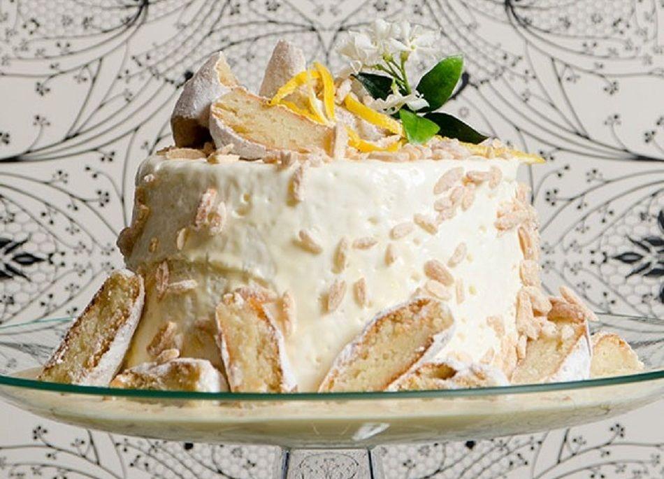 Ο Στέλιος Παρλιάρος φτιάχνει εκπληκτική τούρτα με άρωμα αμυγδάλου και λεμονιού – Η εβδομάδα ξεκινάει γλυκά