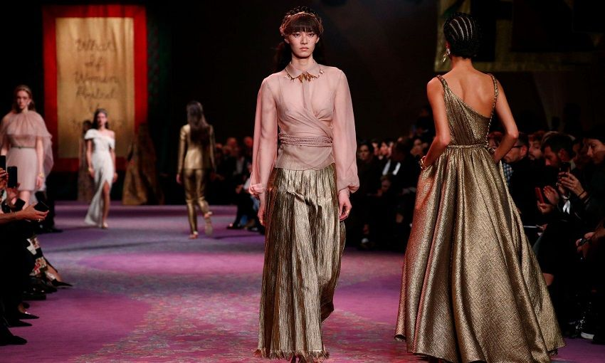«Made In Greece» η εντυπωσιακή συλλογή του Dior – Η πασαρέλα – μήτρα στο Παρίσι γέμισε αρχαίες Ελληνίδες Θεές ντυμένες με υπέροχα ρούχα (φώτο -βίντεο)