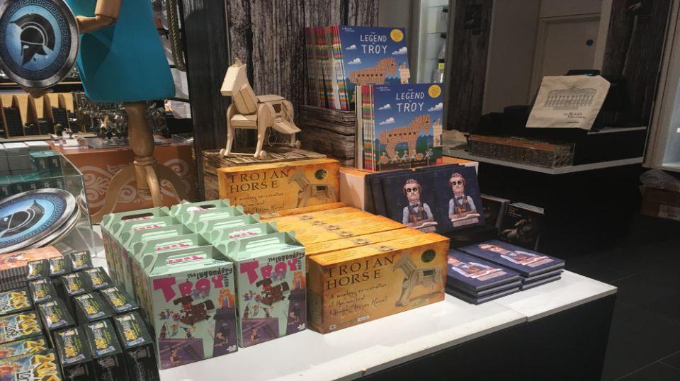 «My Greek Games»: Παιχνίδια «Made In Thessaloniki» στο Βρετανικό μουσείο – Η Best Seller «Οδύσσεια» και οι αρχαίοι φιλόσοφοι με … τη σύγχρονη περιβολή (φώτο)