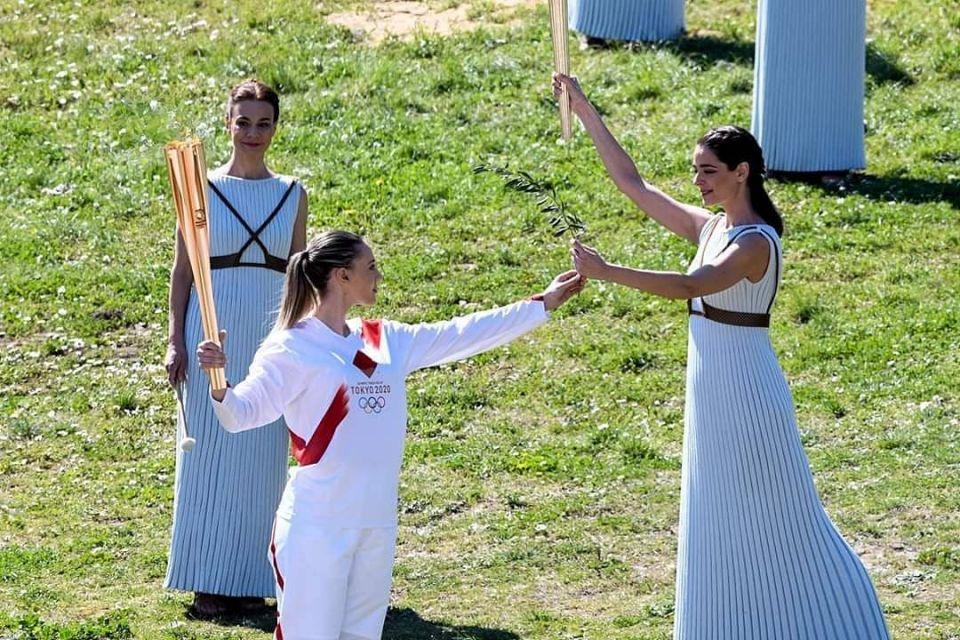 Με την πρώτη γυναίκα λαμπαδηδρόμο στην ιστορία της, την Άννα Κορακάκη, ξεκίνησε το ταξίδι προς το Τόκιο η Ολυμπιακή φλόγα (φωτό – βίντεο)
