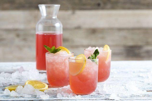 O Άκης Πετρετζίκης μας δροσίζει για άλλη μια φορά με την… ροζ σπιτική λεμονάδα του!