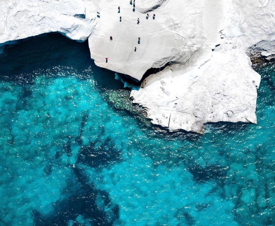 Φωτό ημέρας: Το λευκό & το γαλάζιο των Κυκλάδων – Η πανέμορφη Μήλος/ Photo: @mvernicos/instagram
