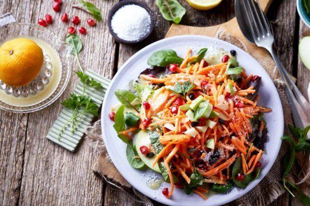 Η Αργυρώ Μπαρμπαρίγου μας φτιάχνει την πιο υγιεινή σαλάτα καρότο με Superfoods – Ένα πλήρες γεύμα για όσους είναι Vegan