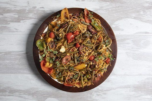 Ο Άκης Πετρετζίκης έφτιαξε ένα υπέροχο πιάτο: Χωριάτικη μακαρονάδα με φασολάκια (βίντεο)