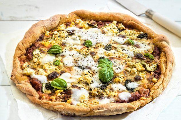 Η Αργυρώ Μπαρμπαρίγου προτείνει: Πίτσα με κολοκυθάκι, σαλάμι και φέτα