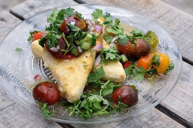 Τυρί σαγανάκι με σάλτσα από ντοματίνια