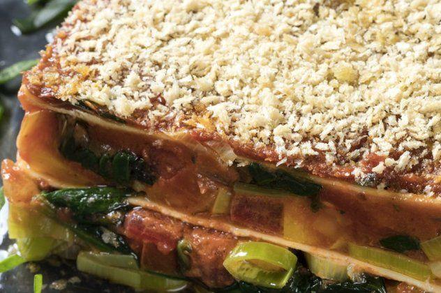 Ο Γιάννης Λουκάκος μας έχει την απόλυτη χορτοφαγική συνταγή – Λαζάνια με σπανάκι, ντομάτα και πράσο