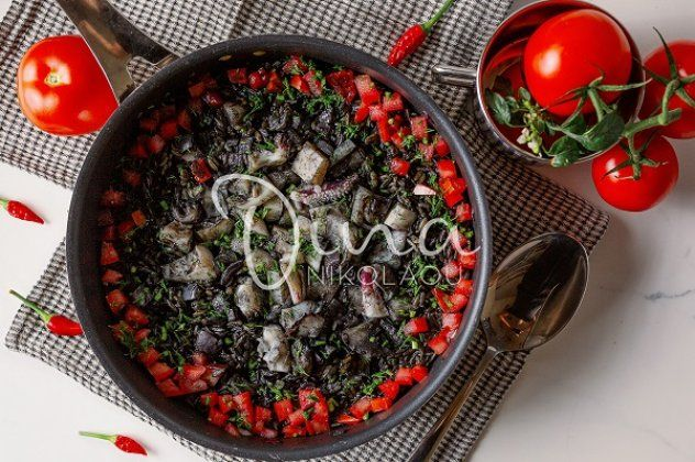Κριθαρότο μαύρο με σουπιά και ντομάτα από τη Ντίνα Νικολάου