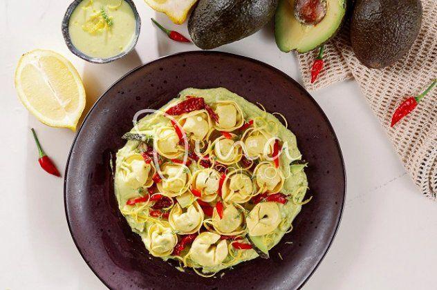 Ντίνα Νικολάου: Τορτελίνια με ρικότα, σπανάκι, κρέμα αβοκάντο και λιαστές ντομάτες