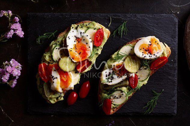 Ντίνα Νικολάου: Ταρτίνες με κρέμα αβοκάντο, ωμά λαχανικά & αυγό