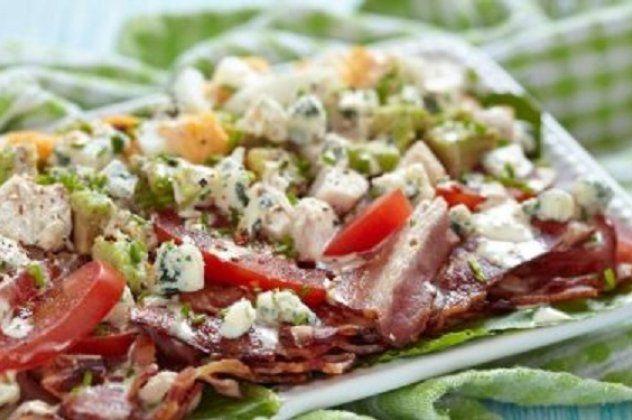 Δημήτρης Σκαρμούτσος: Κοτοσαλάτα με μπέικον και Blue Cheese